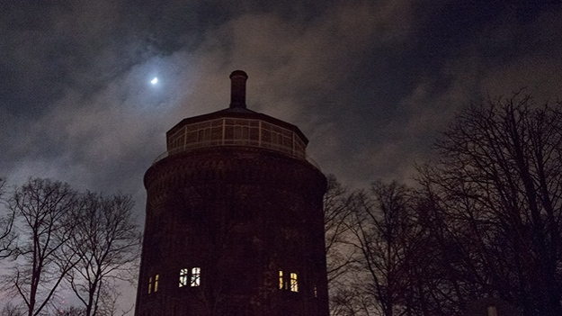 2014-12-27-moon-over-the-water-tower-056