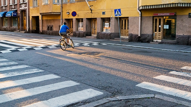 2015-08-18-cyclist-at-the-crossing-057