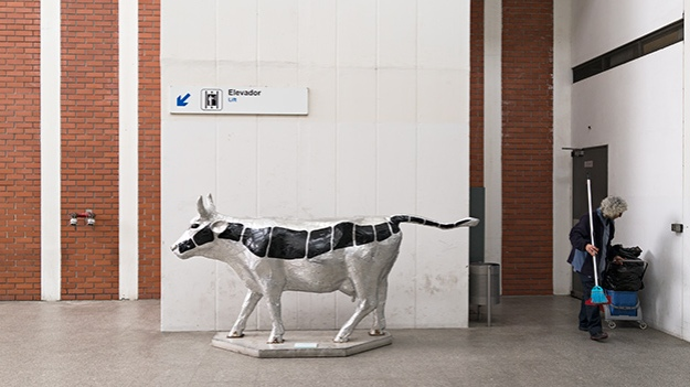 2016-04-02-a-cow-statue-at-the-station-042